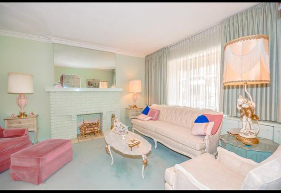retro living at its best: vintage-style living room in pink and seafoam